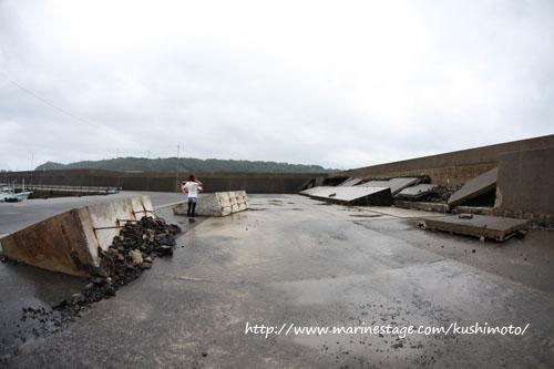 台風4号に破壊された防波堤 その2