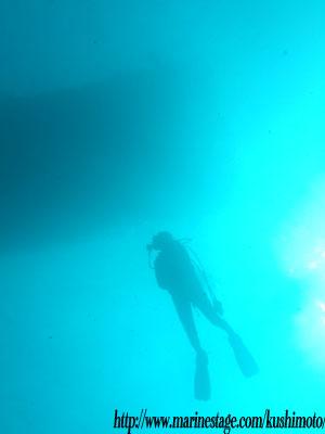 イスズミ礁 ダイバーと船