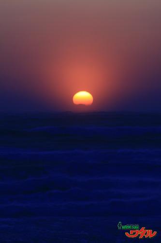 ショップ前ビーチ  荒海に沈む太陽