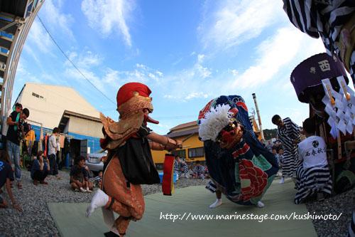 秋の串本祭り マリンステージに獅子舞来る