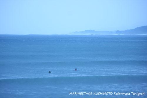 店の前の波&サーファー