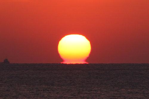 水平線へ消えていく夕日